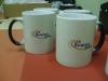 magiski-juodi-balti-puodeliai-su-imones-logotipu